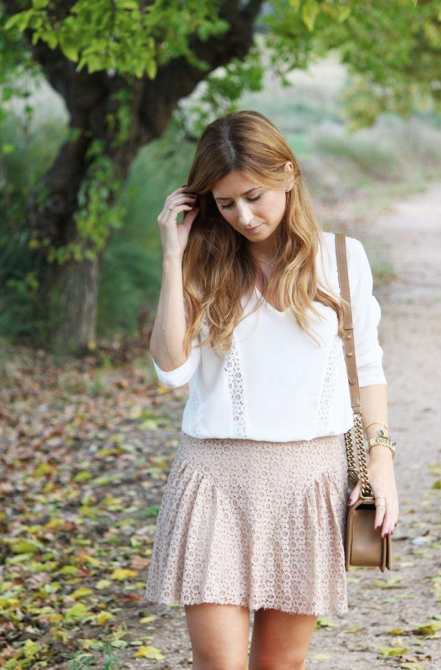 Look en tonos claros. A trendy life. #beigeskirt #whiteblouse #beige&white #details #boychanel #chanelbag #belair #puralopez #outfit #fashionblogger #atrendylife www.atrendylifestyle.com