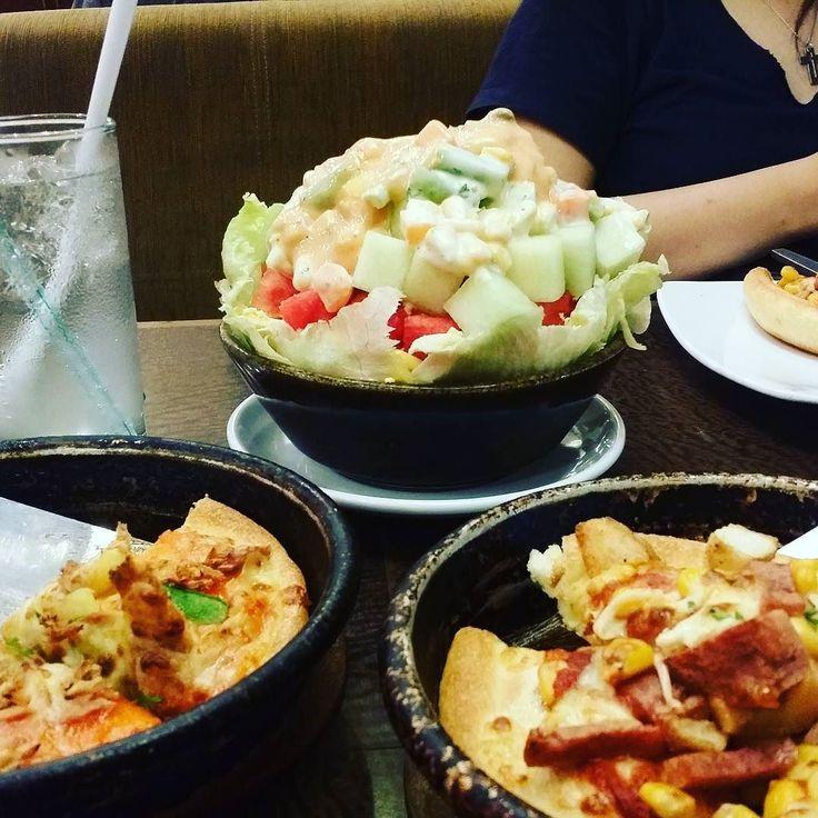 Sedikit demi sedikit akhirnya numpuk selangit.  Inilah yg terjadi kl lagi laper trus nyanggrong ke PizzaHut  #pizzahut #salad #yum