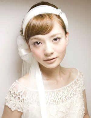 ふわふわと揺れるリボンベールを付けることで、一段上の美しい花嫁姿を演出することができます。ヘアアレンジが難しいショートヘアでも気軽にアレンジできます。