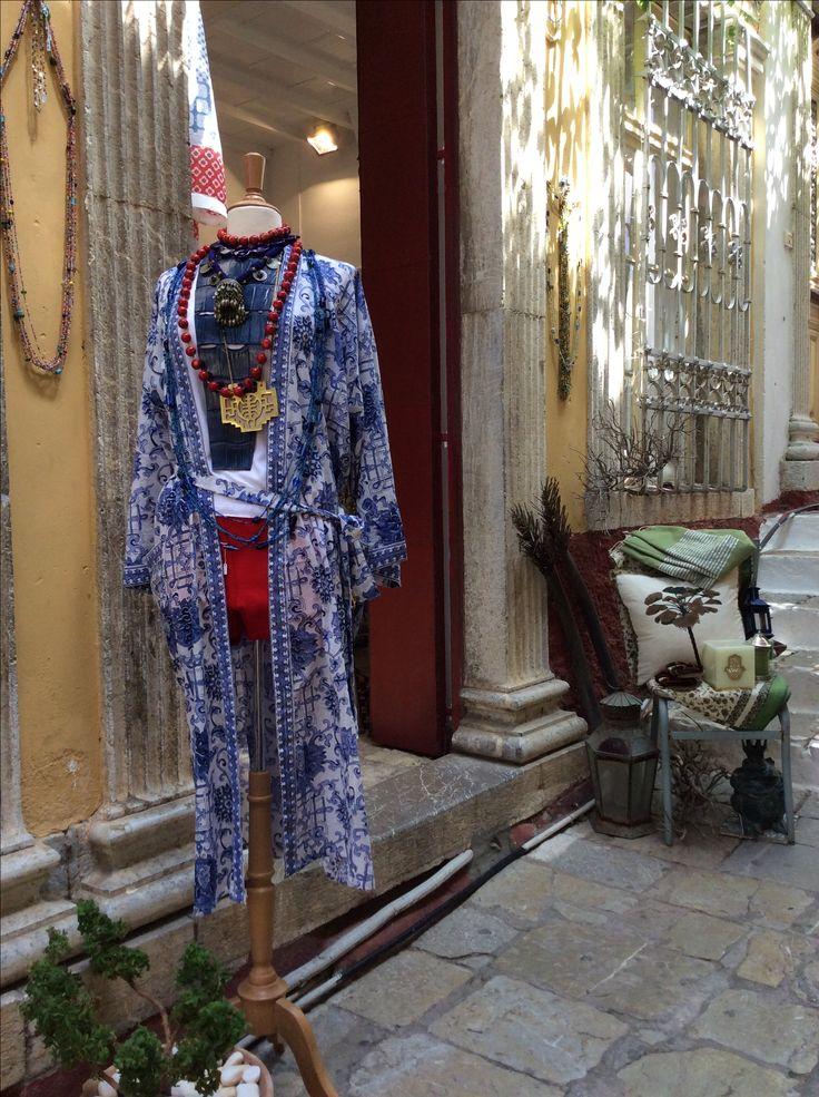 Kimono in cotone stampa chineserie, collana in coccodrillo fatta a mano, collana palle di corallo bambù, collana turkstan vintage, collana lunga con placca cinese in ottone, short anni 50.