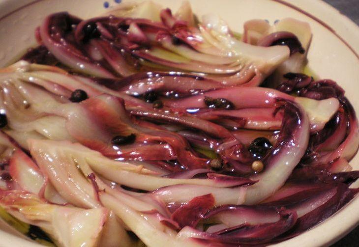 Il radicchio tardivo di Treviso marinato è un contorno particolare,  preparato con il vino bianco e l'aceto. La marinatura del radicchio tardivo è preparata con vino bianco, aceto, e bacche di ginepro