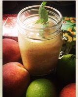 Ansträngde mig och gjorde en ny smoothie, chansade och tog: Fryst mango, fryst granatäpple, kiwi, persika, lime och eko äppeljuice~ Mixa. Blev farligt god!