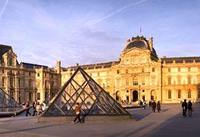 Multe secole, regii francezi si presedintii au solicitat construirea unor monumente extraordinare in Paris. Luvrul, Versailles-ul, Domul Invalizilor, Arcul de Triumf sau Turnul Eiffel pot fi considerate niste minuni. Si Biserica a contribuit destul de mul