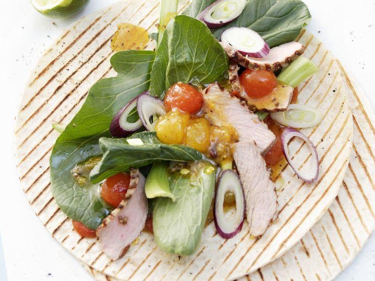 Sehen diese Tortillas nicht köstlich aus? Gegrillte Weizentortilla mit Kalbfleisch, Melonenchutney und Senfspinat - smarter - Zeit: 1 Std.  | eatsmarter.de
