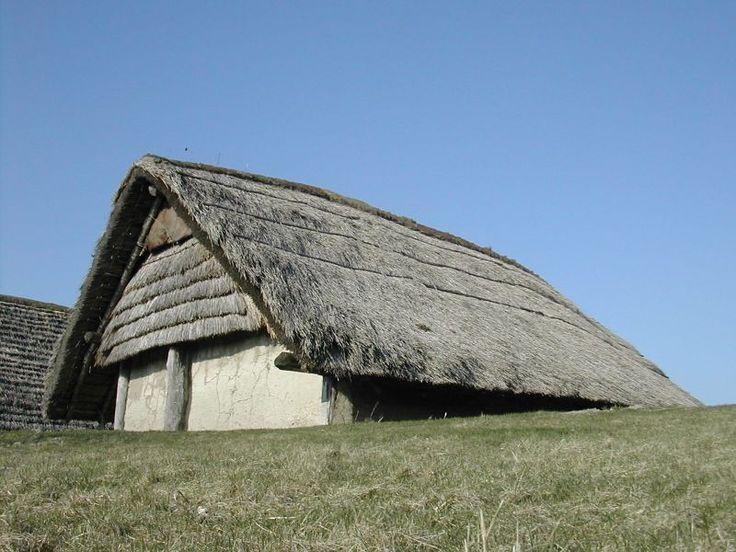 Hier zie je een boerderij uit de prehistorie. In dit soort boerderijen leefden de boeren. Voor die tijd waren dit hele luxe huizen.