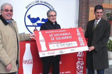 """La Universidad Autónoma de Madrid, el Banco de Alimentos de Madrid y Coca-Cola han apostado por el reciclado de vidrio a través de la campaña """"Sé Sostenible. Sé Solidario"""". Una iniciativa con vocación de concienciar a los jóvenes de la importancia del reciclado y la reutilización de envases, que ha dado como resultado una donación de 4.300 kilos de alimentos."""