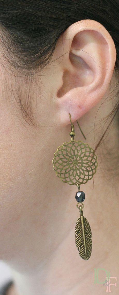 Boucles d'oreilles dreamcatcher attrape rêve couleur bleu jeans. Dreamcatcher earrings. http://divine-et-feminine.com/fr/boucles-d-oreilles/15-boucles-d-oreilles-attrape-reves-dreamcatcher.html