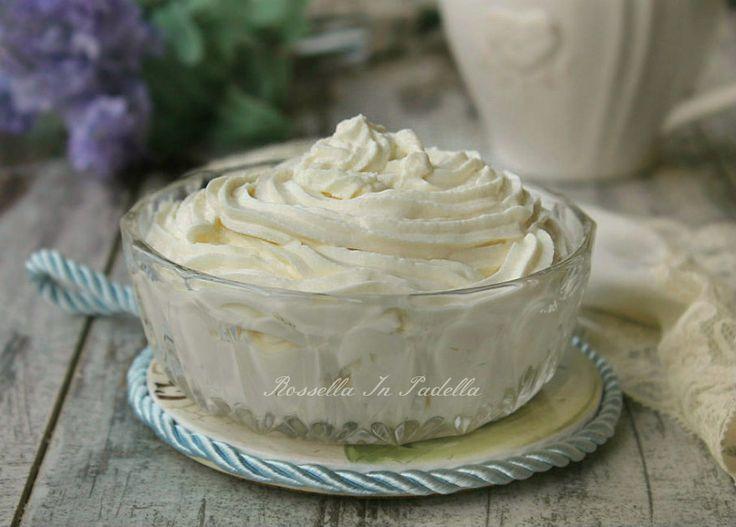 Crema al mascarpone, senza cottura e senza uova. Una crema velocissima per farcire dolci, trifle, torte. O per torte freded e semifreddi