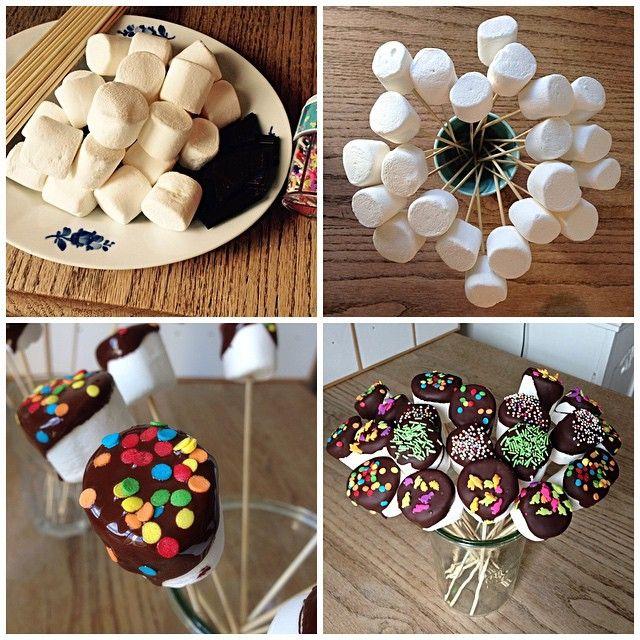 Skumslik til påskebordet eller fødselsdagen - pift bordet op med farverige godter Du skal bruge: Skumfiduser Chokolade Grillspyd eller gafler Krymmel, hakkede nødder el. mandler, kokos eller andet. Sådan gør du: Sæt skumfiduser på grillspyd, gafler eller lignende. Smelt chokoladen over svag varme. Dyp skumfiduserne i chokoladen og placér dem oprejst i f.eks. høje glas med god afstand. Drys med pynt:-) Lad dem tørre og du kan nu samle dem, så de står tættere i færre glas. Stil dem på bordet…