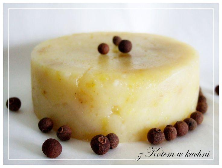 Przy robieniu domowego sera ważne jest aby nie mieszać twarogu od razu i często, tylko wylewać wodę, ponieważ mieszając łączymy ser...