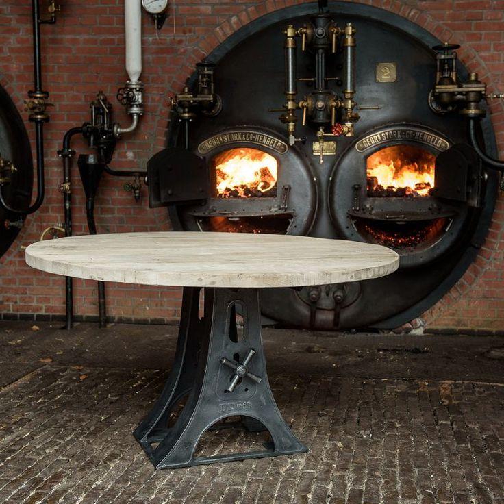 Deze ronde industriële tafel is door onszelf ontworpen, wordt in eigen werkplaats gemaakt en heeft een gietijzer onderstel met een tafelblad gemaakt oud eikenhout. De doorsnede van de voorbeeld tafel op de foto is 140cm. Deze tafel kan naar wens op maat gemaakt worden. Klik op onze website voor meer info/foto's