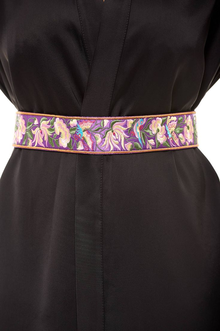 Curea StarShinerS Brodat Traditional Purple. Curea cu model floral in relief care se prinde la spate cu snur. Este un model de curea care se…