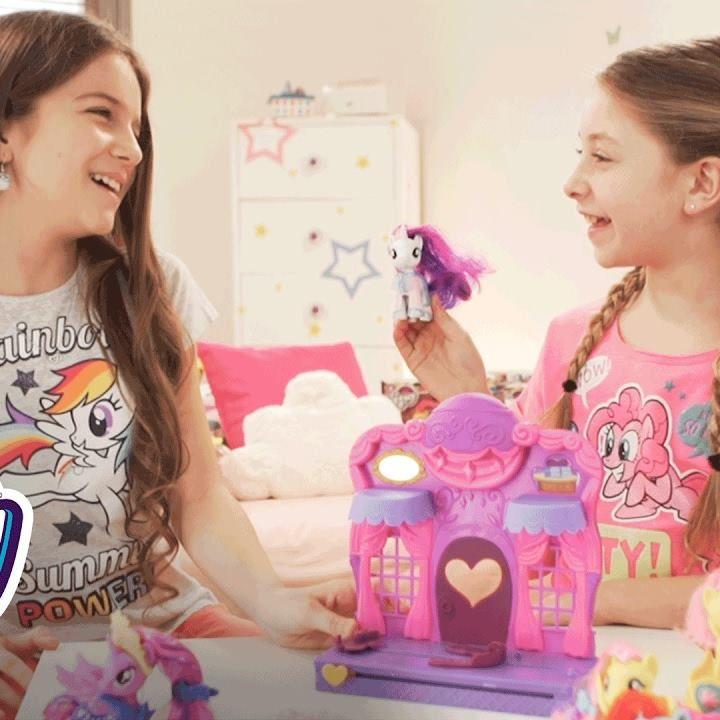 Gloria et Erza se préparent pour le Gala ! Et elles ont décidé d'offrir une séance de shopping aux poneys de  My Little Pony 😂😂