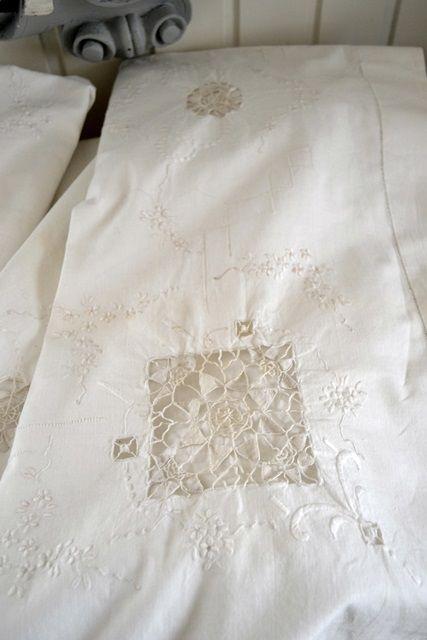 Parure de lit pur fil et broderie 1870