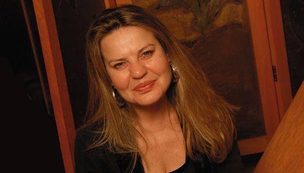 Η πολυγραφότατη συγγραφέας επανέρχεται με τη «Λευκή Ρεβάνς»