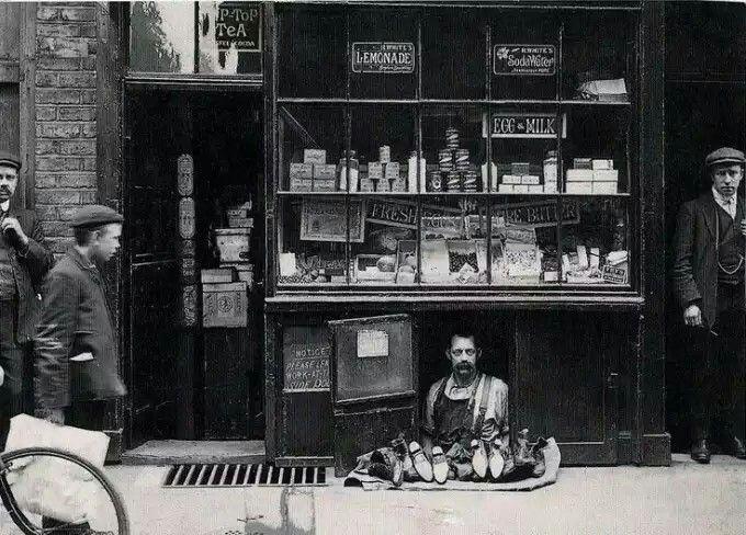 La tienda más pequeña de Londres. Un zapatero con una tienda de 1.2 metros cuadrados en 1900.