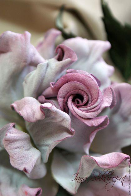 Купить или заказать Украшение из замши ' Маршмеллоу' в интернет-магазине на Ярмарке Мастеров. Нежная, легкая, воздушная, зефирная роза- брошь. Цветок выполнен из натуральной итальянской замши, каждый элемент цветка окрашен в ручную. Окраска белой замши дает возможность сделать украшение того цвета, который нравится и подойдет именно вам. Так же возможно дополнить украшение декоративными элементами. Фантазируйте, а я помогу сделать для вас самое оригинальное украшение.