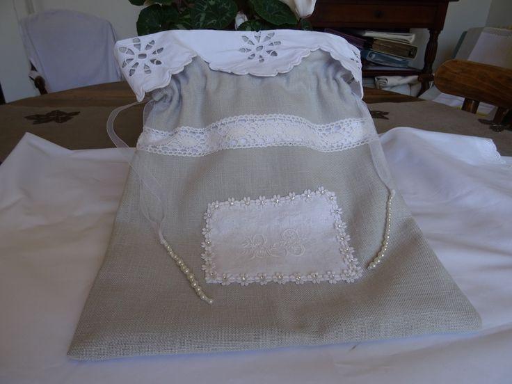 pochon lingerie ou fourre tout , vintage , lin , linge ancien , dentelles : Autres sacs par les-tiroirs-de-manine
