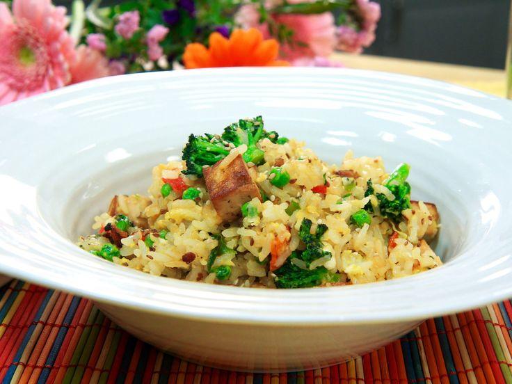 Asian egg fried rice | Stekt ris med marinerad tofu, krämigt ägg och broccoli. Gott och snabblagat.
