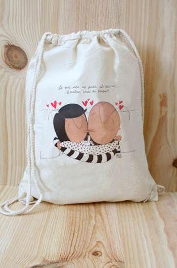 Mochila de tela con chicos enamorados dándose un beso