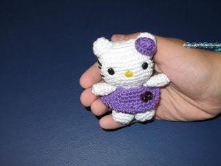 Patrón gratuito en castellano para hacer una preciosa mini Hello Kitty amigurumi para llavero.