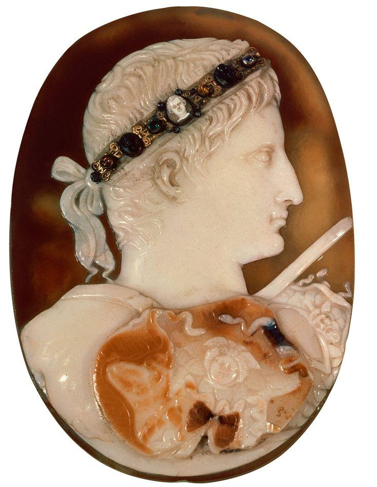 Augusto caracterizado como dios Apolo. Camafeo. 25 a.C.. Museo Británico, Londres.