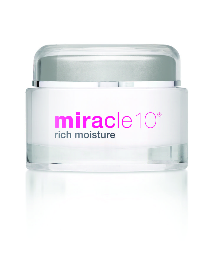 Moisturize the skin regularly to avoid wrinkles and skin dryness. Apply a good moisturizer soon after bath. #normalskin #maturingskin #moisturizer