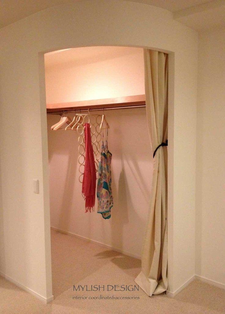 ウォークインクローゼットの入口はカーテンにしてみました 入口をR壁にしたので、室内側にも圧迫感が出にくいです カーテンにしたことで、出入りもスムーズです イメージは、ショップの試着室