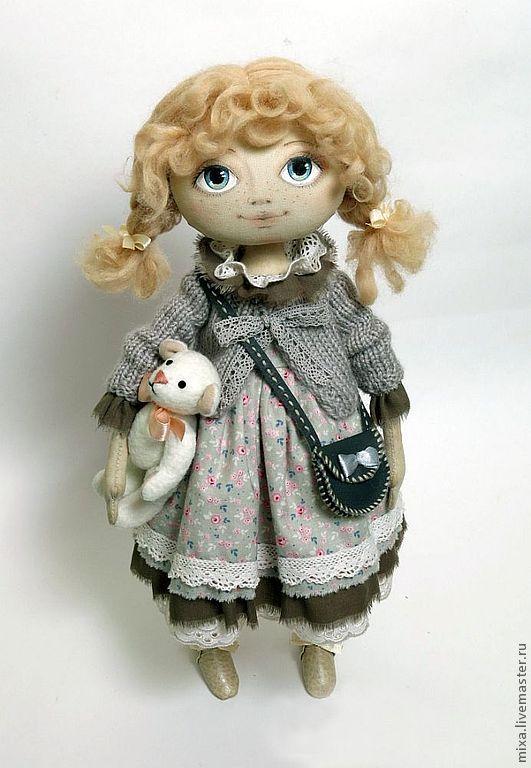 Купить или заказать Маруся в интернет-магазине на Ярмарке Мастеров. Маруся, маленькая девочка с любимым белым медведем. Они всегда вместе. Скромное ситцевое платьице, вязаная кофточка, маленькие косички. Кукла стоит самостоятельно, ручки сгибаются, кофточка сниме…