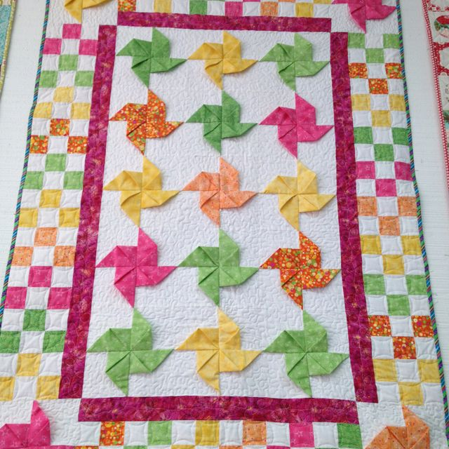 25+ best ideas about Pinwheel quilt on Pinterest Pinwheel quilt pattern, Patchwork quilt ...
