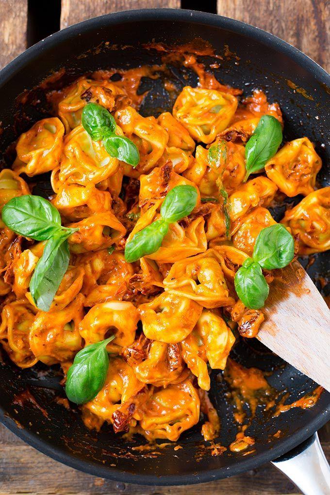 Tortellini mit Tomatensauce und Basilikum - Kochkarussell
