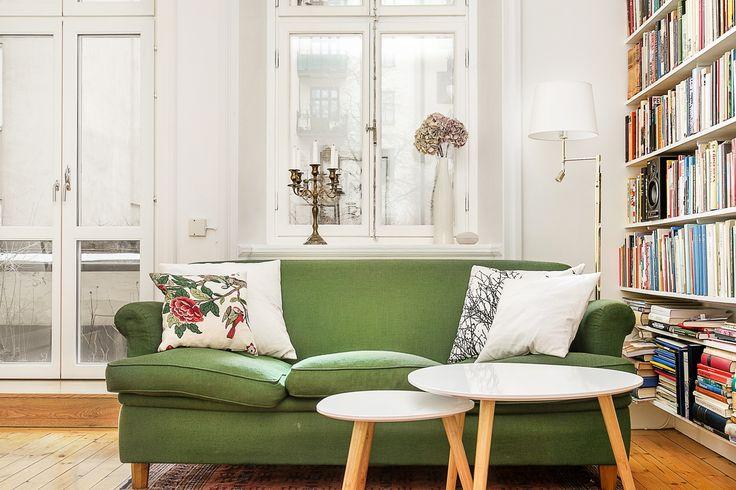 Soffa hemnet grönt bokhylla fönster