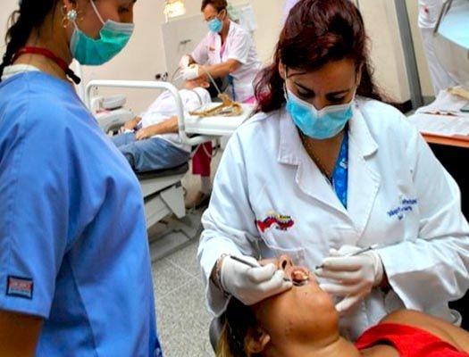 Curso Auxiliar de Odontología Dominar los principios de asepsia y esterilización que se deben practicar en una clínica dental. Reaccionar ante urgencias odontológicas, incluso casos infantiles. Conocer las bases de la radiología dental, periodoncia, prótesis dental y cirugía. Controlar los principios elementales de farmacología y anestesia dental.