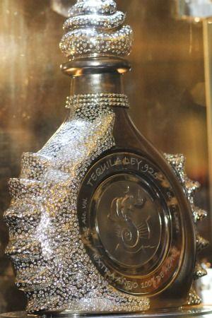El tequila más caro el mundo Con un precio base de 3 millones y medio de dólares, Hacienda La Capilla lanza su botella única de tequila extra añejo, realizada en platino con incrustaciones de diamantes