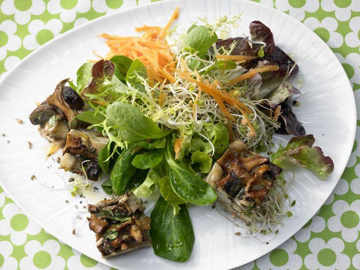 Pilz-Gratin auf Sprossensalat mit geraspelten Möhren | Kalorien: 210 Kcal - Zeit: 40 Min. | http://eatsmarter.de/rezepte/pilz-gratin-sprossensalat