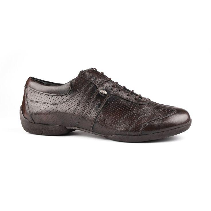 En fantastisk dansesneakers fremstillet i brun læder og gummisål. Skoen PD Pietro Braga Street kommer fra PortDance og er kendetegnet ved sin smidighed, lethed og gode sål, som er udviklet med henblik på at være optimal til spins. En fremragende sko! Forhandles ved Nordic Dance Shoes: http://www.nordicdanceshoes.dk/portdance-pd-pietro-braga-street-brun-laeder-dansesko#utm_source=pin