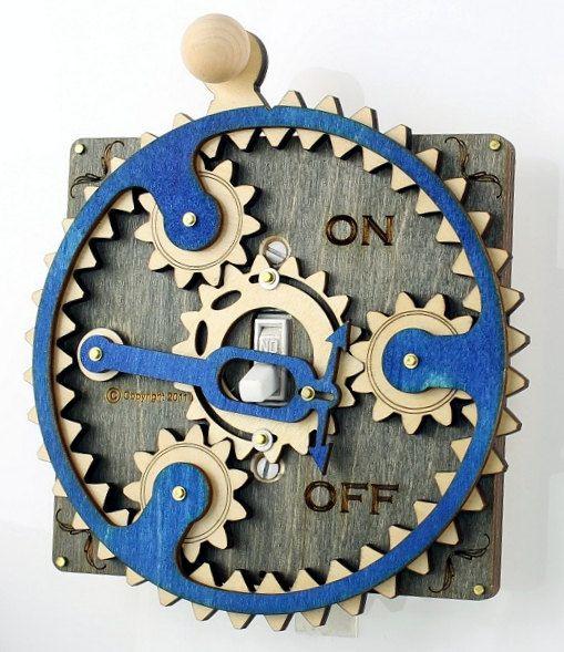 Lance Nybye vend dans sa boutique Etsy des interrupteurs électriques augmentés d'engrenages et de crémaillères en bois découpés au laser qui les rendent inutilement compliqués.