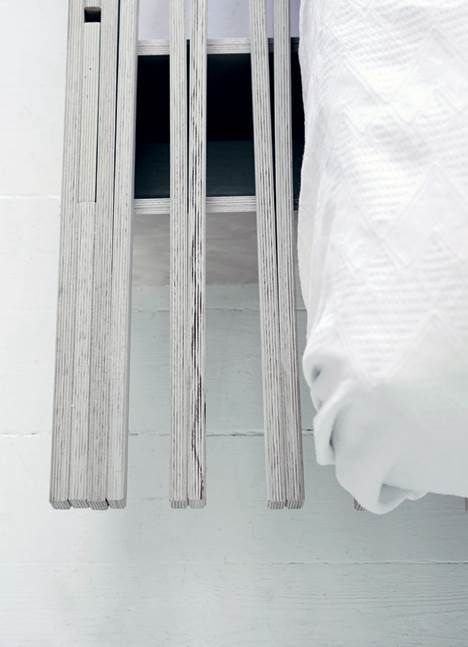 Arkitekt Friederike Faller har skabt et funktionelt hjem til sig selv og sine to døtre i en treværelseslejlighed, hvor hver en kvadratmeter, oppe som nede, er udnyttet. Alligevel er indtrykket luftigt.