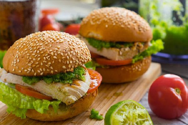 Куриный бургер с острым соусом | Хотя многие сейчас скажут, что пора бы браться за фигуру, я вам вот что скажу — хороший гамбургер ещё никому не мешал стать лучше, а порой и помогал.