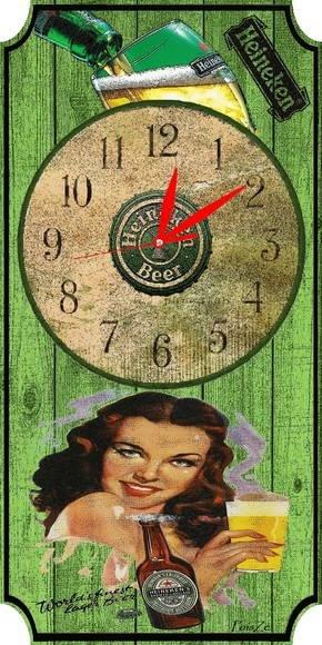 """Placa como quadro de parede, com relógio incorporado ao estilo """"Vintage"""" e envernizado.""""look"""" envelhecido e no tema """"Cerveja Heineken """""""" que poderá decorar qualquer cozinha, bar ou outro qualquer ambiente. Produto esgotado."""