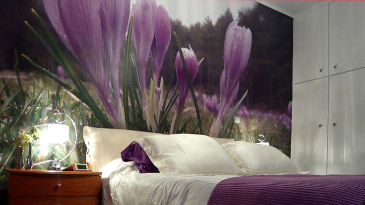 Φωτογραφική ταπετσαρία σε όλο τον τοίχο πάνω από το κρεβάτι. Δείτε περισσότερες ιδέες διακόσμησης για την κρεβατοκάμαρα στη σελίδα μας www.artease.gr