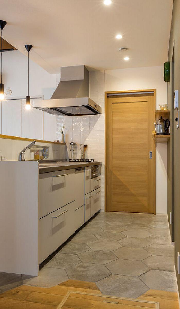 キッチン床にはヘキサゴンタイルを採用 無垢床はヘキサゴンタイル型に切り欠いて 境目に動きを出しました キッチンフロア キッチン床 キッチン インテリアデザイン