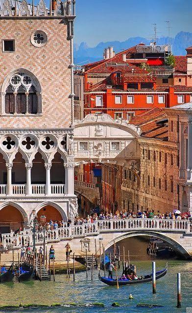 #PuenteDeLosSuspiros de #Venecia, junto al #PalacioDucal…                                                                                                                                                     Más
