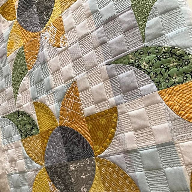 Gotta love some morning sun! ☀️ #sewkindofwonderful #gammillquilting #gammill #freemotionquilting #longarmquilting #quiltsofinstagram #quilting #quilts #quilt #qcrmini #patchworkquilt #handmade @sewkindofwonderful