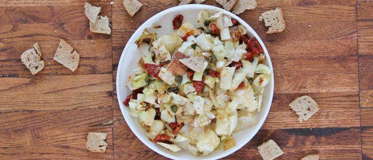 Warme Siciliaanse koolsalade met kappertjes, zongedroogde tomaatjes en lookcroutons | Donderdag Veggiedag