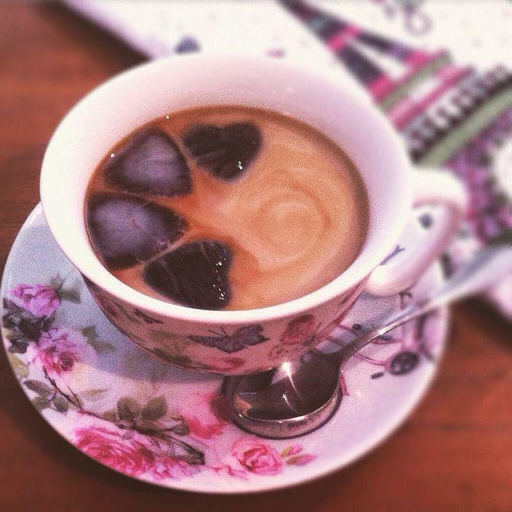 Café congelado em forminhas de gelo  leite gelado! Bom dia! #cafe #coffee #piracicaba #bomdia #bonjour #icecubes #cafegelado #icedcoffee #cozinhadanise by cozinhadanise