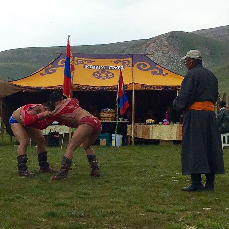 Assister à un tournois de lutte mongole. Au beau milieu de la steppe. Sensationnel.  Mongolian #wrestling rugby in the middle of the steppe. Unique encounter. #mongolia #instagood #travel #olympics2016