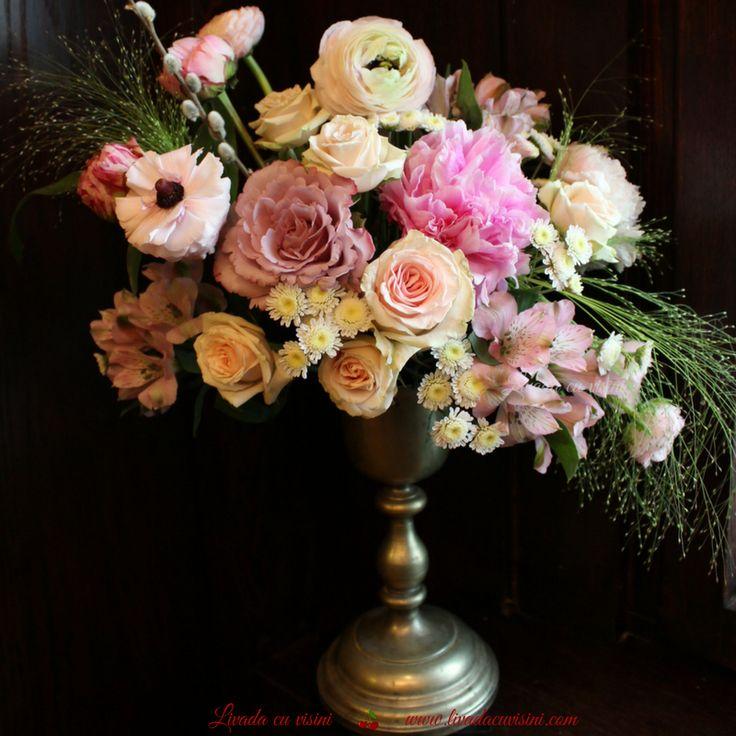 #aranjament #masa #floral #table #arrangement #wedding #event  #centerpiece #madewithjoy #livadacuvisini #floraldesidn #paulamoldovan #flowers #events #bucharest #flori #bucuresti #nunta #botez #evenimente #gold #bronze #pink #vintage #shabbychic #romantic #peonies #peony #bujori #ranunculus #anemone #trandafiri #roses