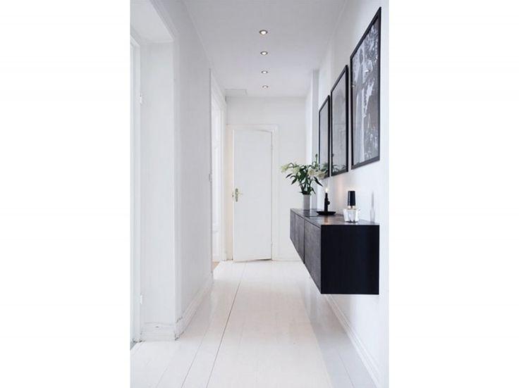 1.corridoio-idee-arredamento-pavimento-parquet-tinto-bianco-mobile-appese-nero-quadri