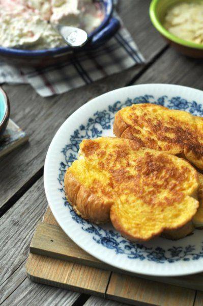 Bundás kalács - Hozzávalók:  kalácsszeletek – legjobb a házi:)  A bundázáshoz: 2-3 db tojás fél dl habtejszín (nem felverve) / ha nincs, jó a tej is fél rúd vanília kikapart magjai 1-3 evőkanál cukor